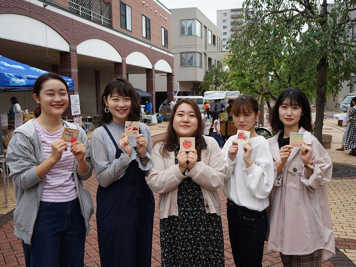 右から齋藤愛子さん、中村遥菜さん、米内山由貴さん、伊藤ももこさん、原田薫櫻さん。手に持っているリターン品のオルガン装飾用のベニア板