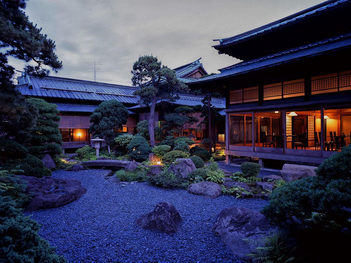 日本庭園から見た翠明荘(写真提供:ムジコ・クリエイト)