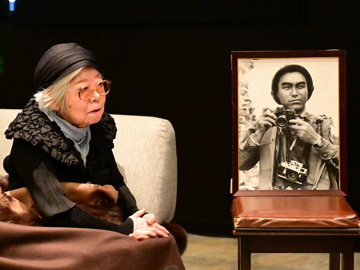 トークショーに出演した妻・沢田サタさん。写真は沢田教一さん