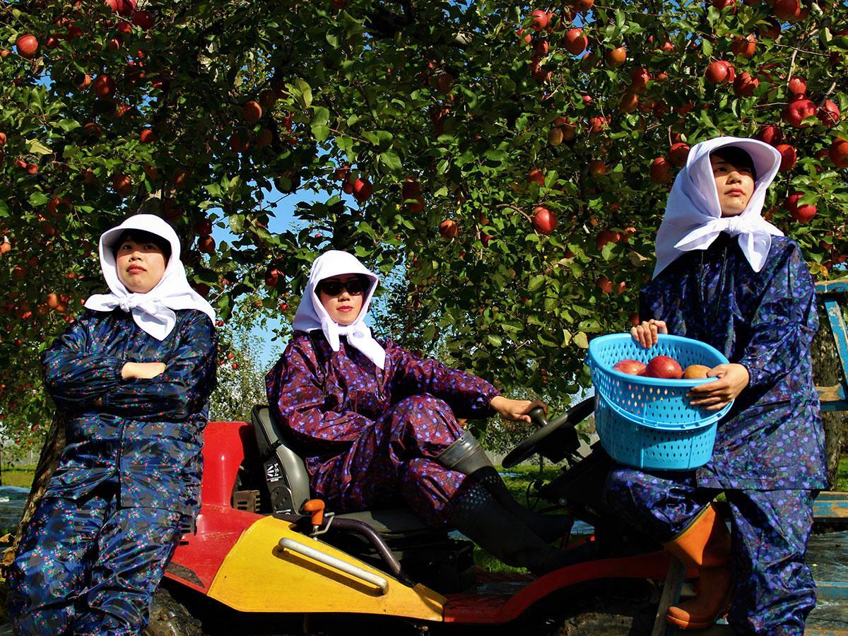 (左から)リンゴ農家の作業着姿の吉田涼香さん、傳法谷菜美保さん、永井温子さん