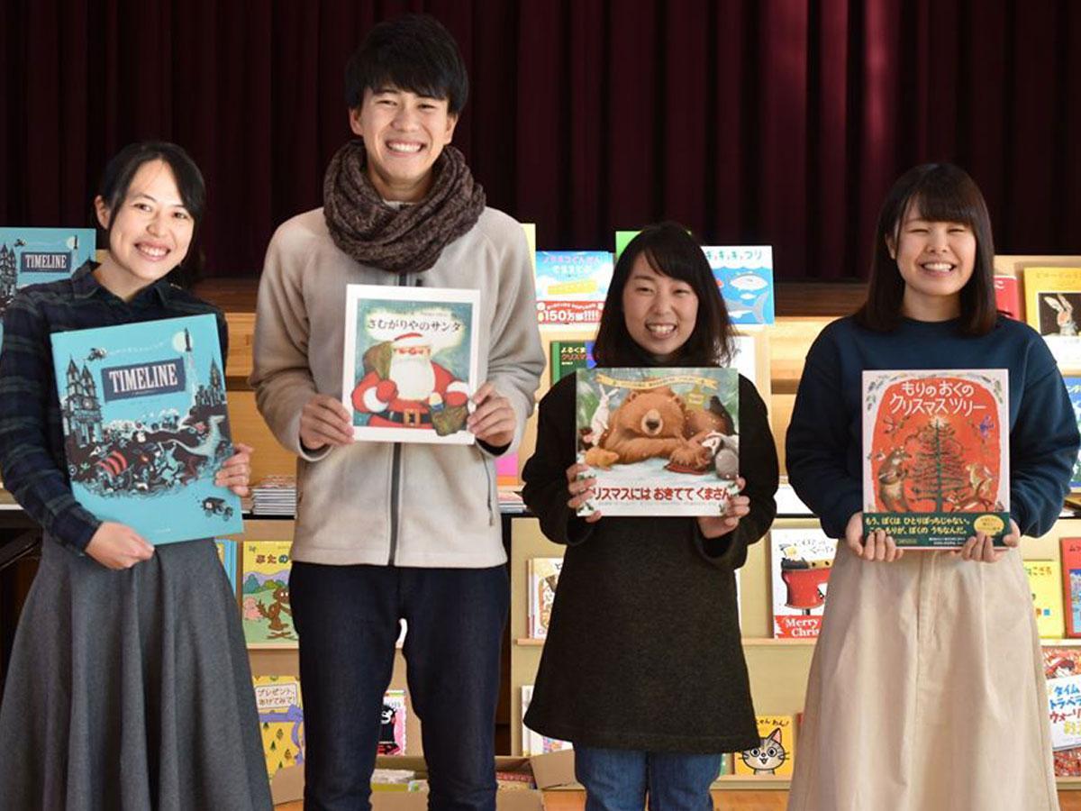 届けられた本を子どもたちに届ける「ブックサンタ」活動(写真提供=チャリティーサンタ)