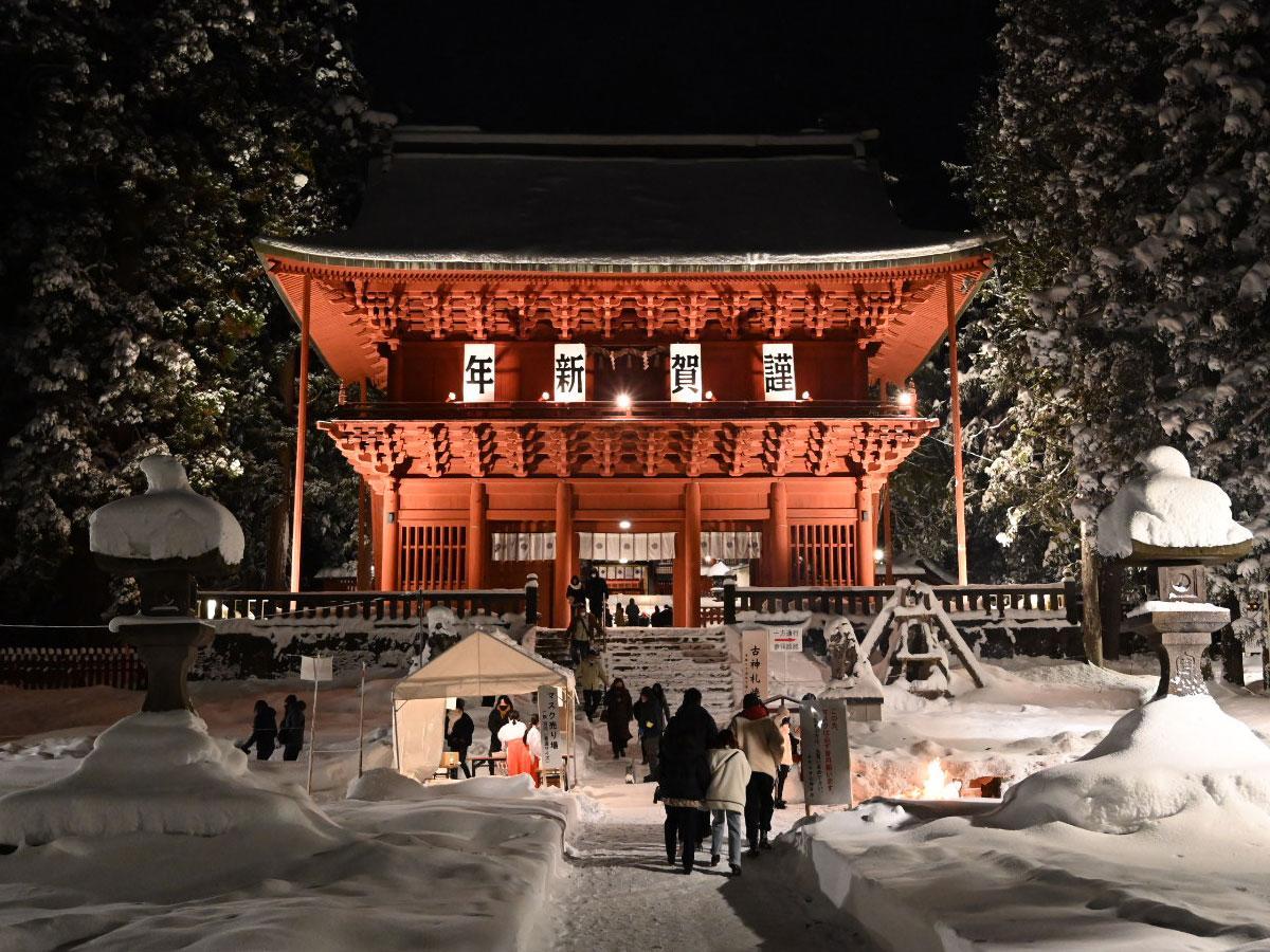 岩木山神社・楼門前(1月1日0時30分頃撮影)