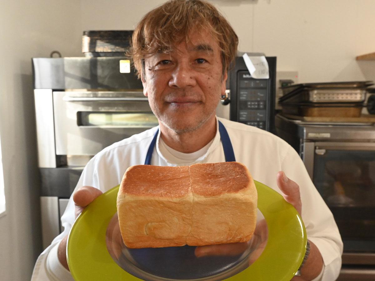 絹の生食パンと店主の佐藤誠さん