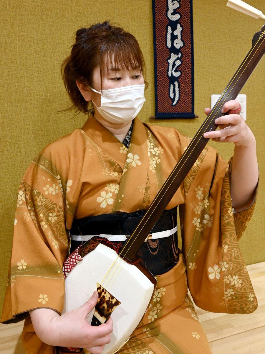 津軽三味線を演奏する店主・田辺美幸さん