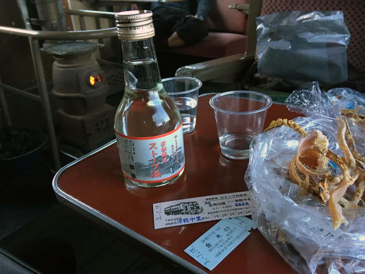 ストーブで焼いたおつまみを食べながら地酒などが味わえるストーブ列車