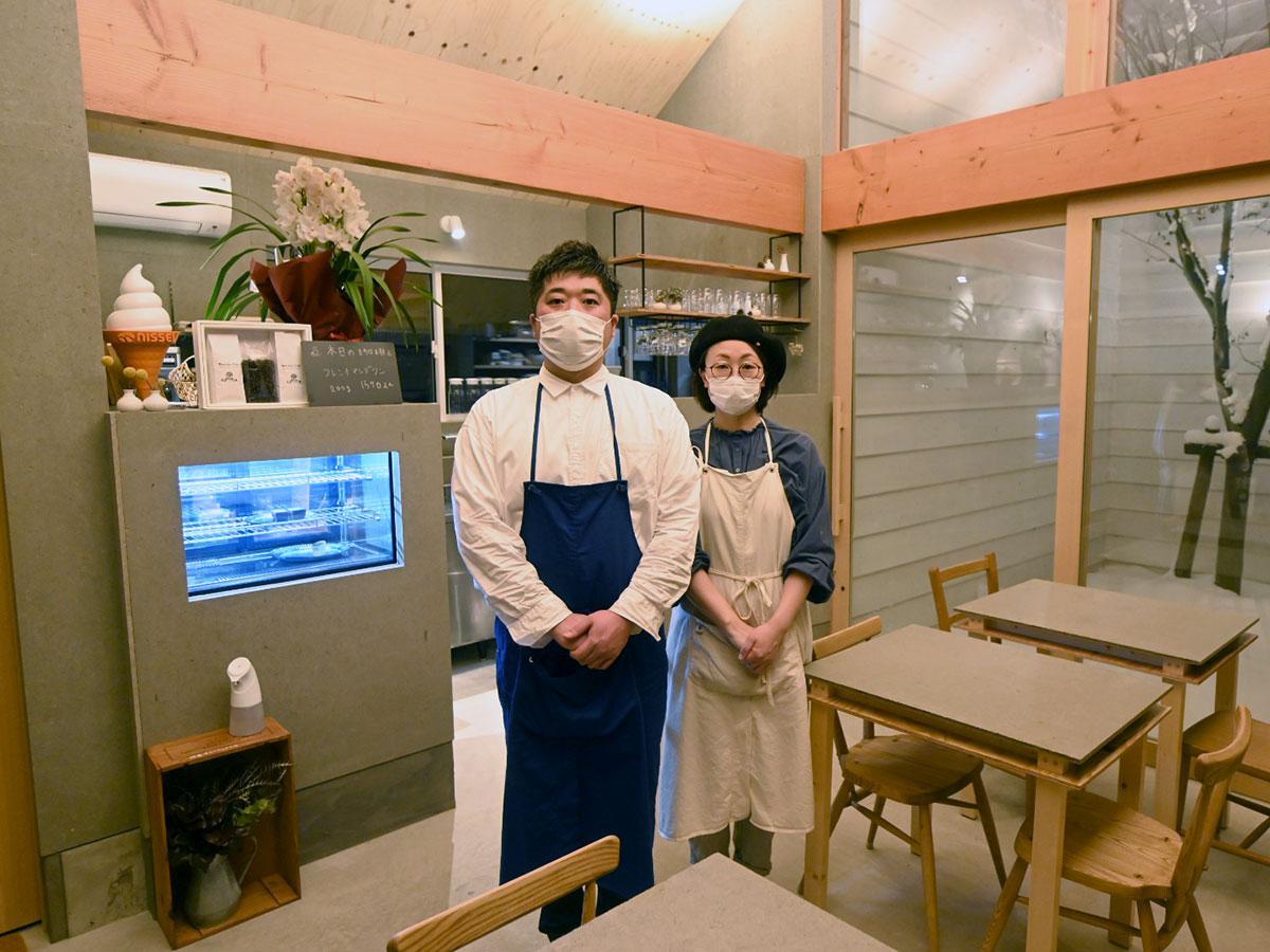 夫婦で切り盛りする佐野桂一郎さん(左)と知恵さん(右)