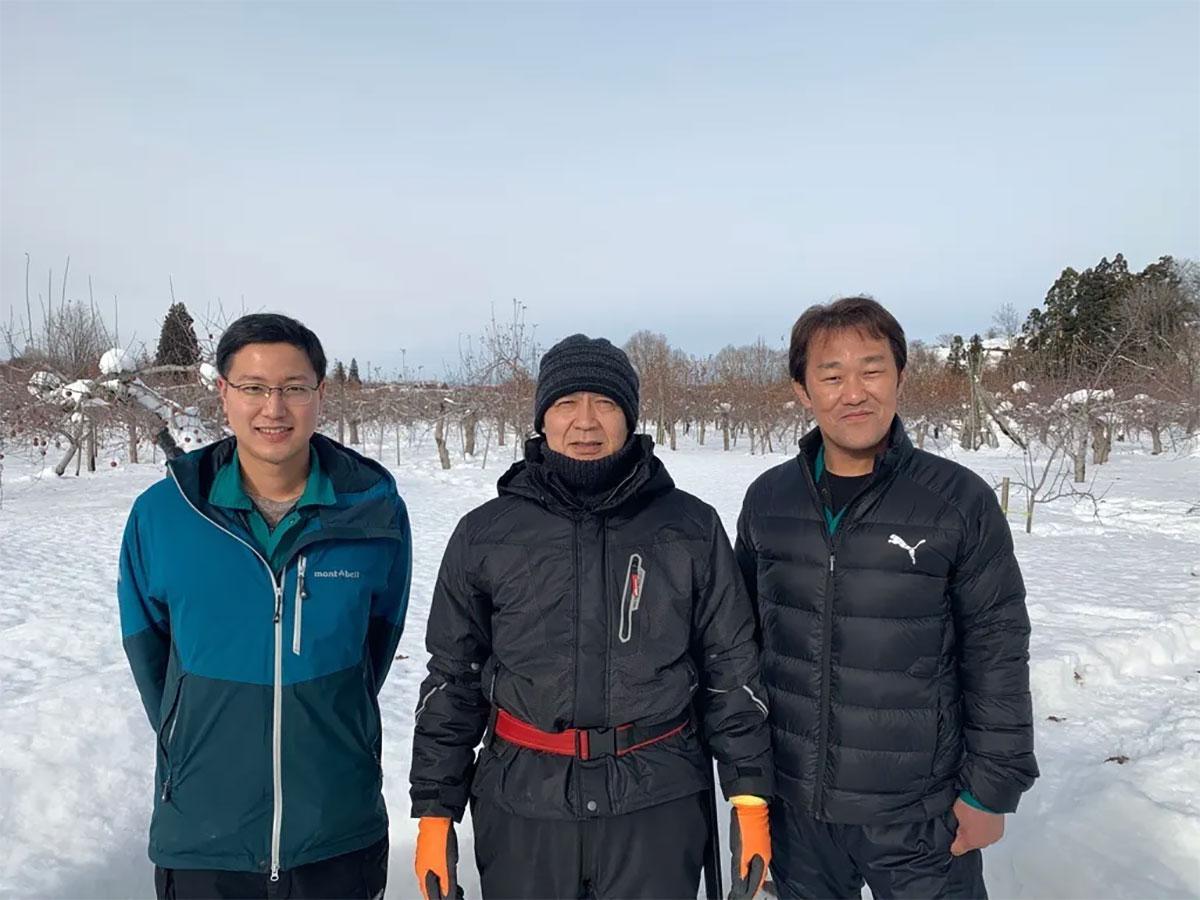 (写真右から)葛西万博さん、プロジェクトに賛同したリンゴ農家・工藤幾意(いくい)さん、プロジェクトを運営する村上純平さん