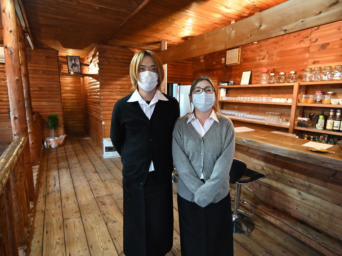 cafe Redの赤石恵輔さん(左)と静佳さん(右)