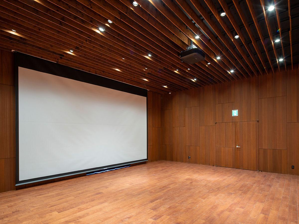 大型スクリーンを利用できるスタジオB。スピーカーやAV機器一式の貸し出しもある(写真提供=小山田邦哉)