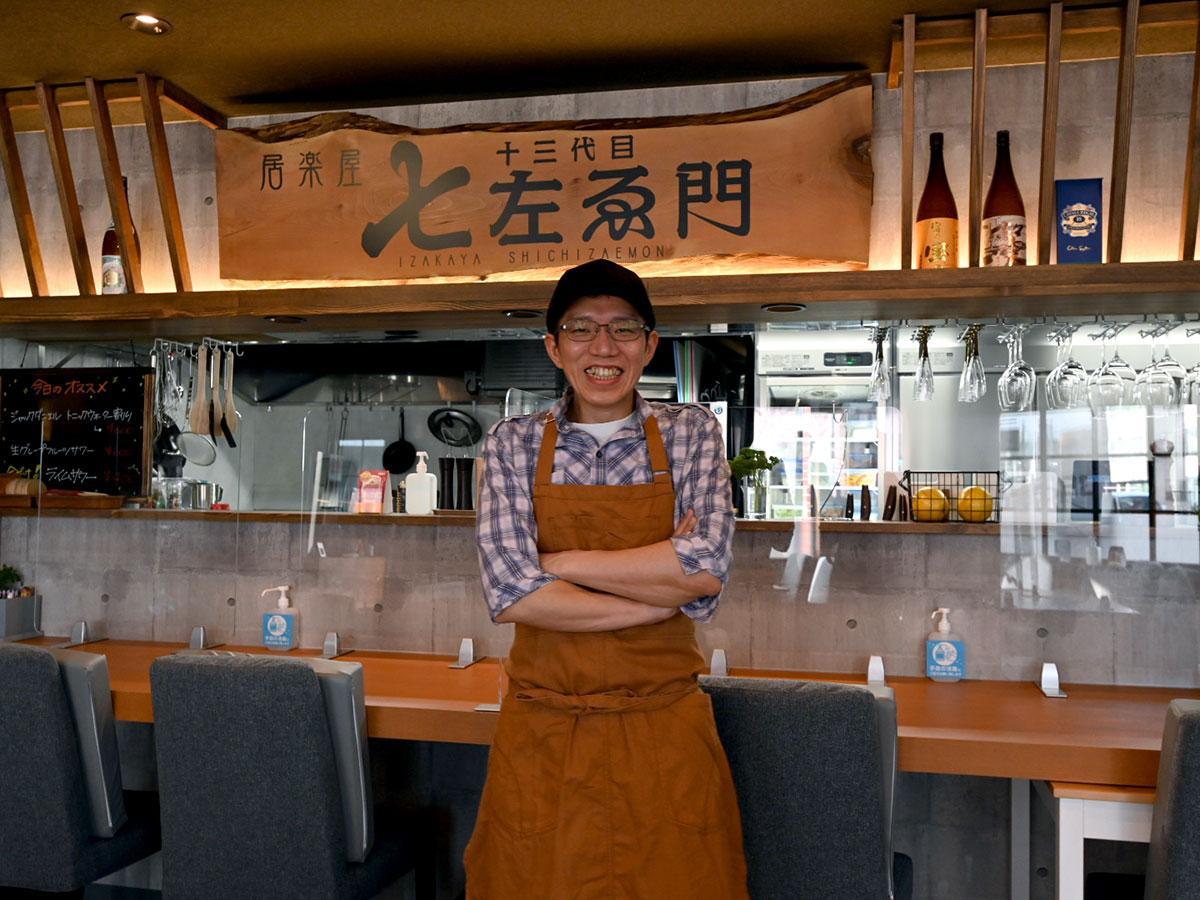店主の早川桂さん。店名の看板は自身の名前から桂の木を使っている