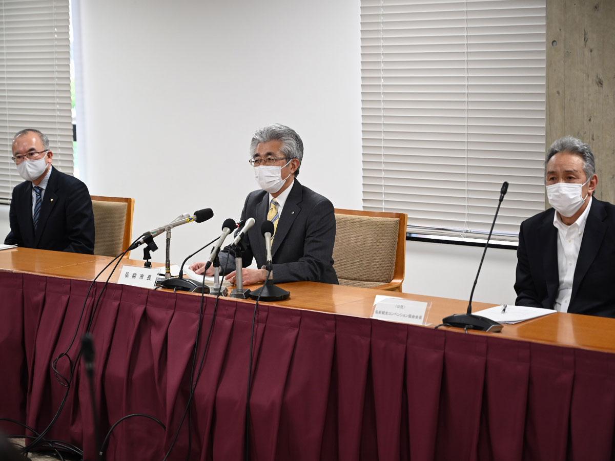 記者会見で「弘前ねぷたまつり」の中止を発表した櫻田宏市長(中央)