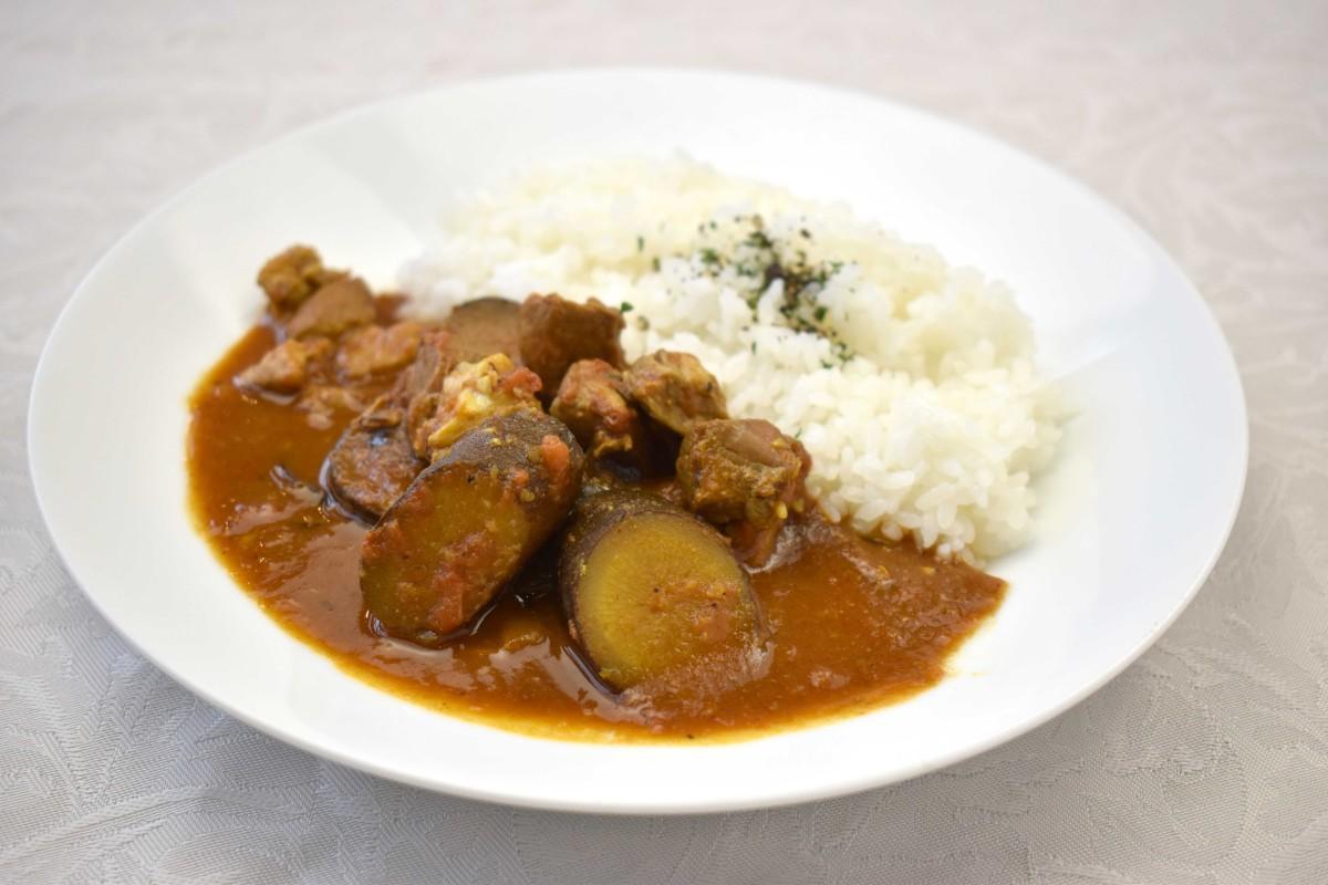 ゴボウと豚肉が残るレトルト食品「青天の霹靂ビネガーカレー」