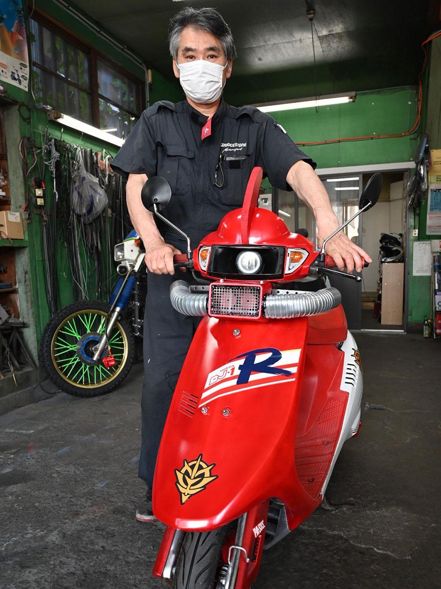 ロボット風に改造した「DJ-1R」と店主・石郷岡伸市さん