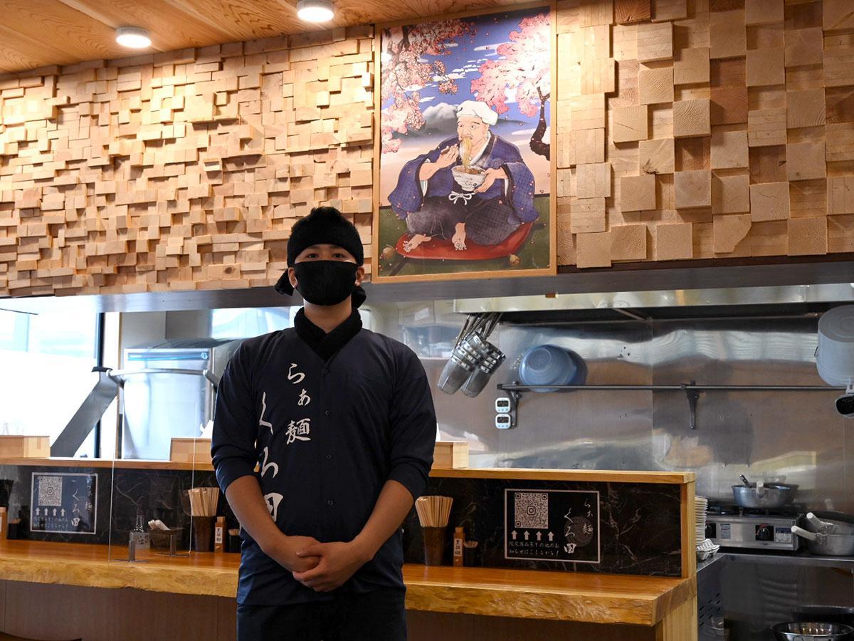 店主の高木琳太郎さんと「黒田官兵衛」のオリジナルポスター