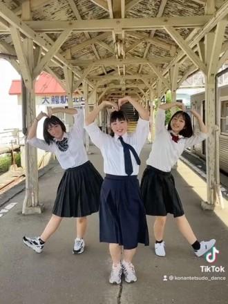弘前の高校生たちが15秒「青春ダンス」 弘南鉄道を舞台に