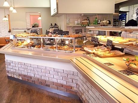 「カフェ・デ・フルドール」入り口から見た店内の様子。奥にイートインスペース。