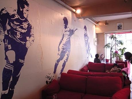 写真=久保開作さんによって描かれたJ@CAFE店内壁画。J1リーグシーズン中は「サンフレッチェ」がテーマ。