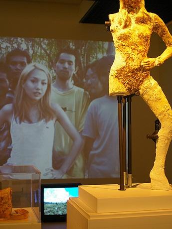 写真=広島市現代美術館賞(大賞)」を受賞したChim↑Pom(チム・ポム)の作品「サンキューセレブプロジェクト『アイムボカン』」