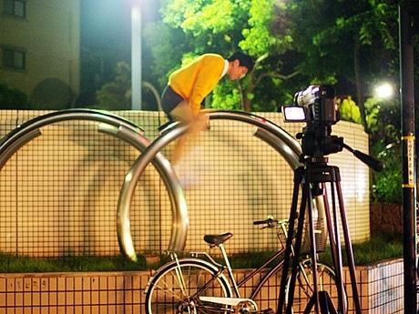 写真=広島の街中でパフォーマンスをし、自分を撮影するのびアニキの様子。