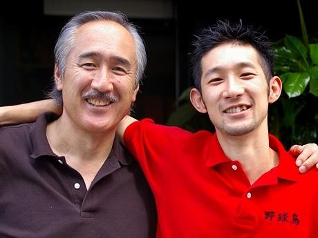 写真左=広島東洋カープ・元選手の木下富雄さん、右=長男・木下直樹店長