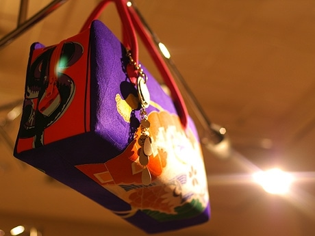 写真=横森美奈子さんがデザインした「利休バック」、生地には高級スカーフを使用