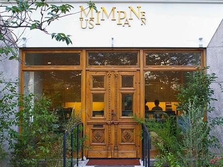 写真=広島市・京橋川沿いに移転した洋菓子店「ムッシムパネン」の正面入り口。扉は、フランスで100年以上前に使用されたという。