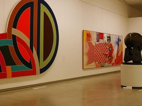 フリーキュレーター、窪田研二さんによる収蔵作品展「MONEY TALK(マネー・トーク)」。写真=5千万円の作品が並ぶエリア。