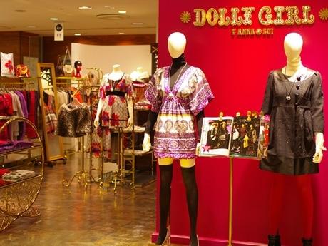 写真=ブランドカラーである「ドーリーピンク」を基調にした「ドーリーガール・バイ・ アナ スイ」店内。壁面にはマイケル・エコノミーが手がけドーリーガールのグラフィックも。