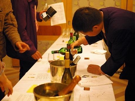 写真=今年3月にアンデルセンで開催された「第10回ワインまつり」の様子。主催は広島酒販青年会。