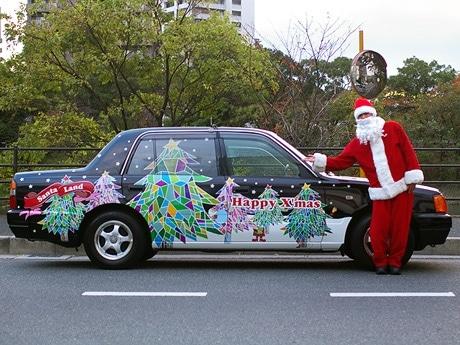 写真=クリスマスをモチーフに「変身」したつばめ交通のタクシー。同22日に到着、走行は24日から。