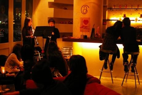 写真=23日にJカフェ富士見町店で行われた「ハニカミコンサート」の様子