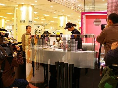 写真=内覧会で披露されたマイナス温度で作るアイスクリーム(マーベラスクリーム)の試作時は、テレビ関係者らを中心に多くのカメラがその様子をとらえた