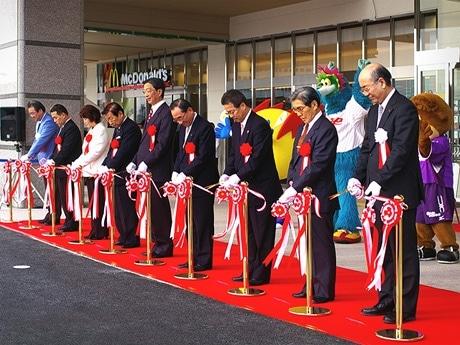 写真=9時からの「ゆめタウン広島」開業を前に行われたテープカット