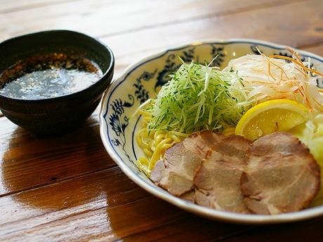 写真=歯ごたえのある太麺のつけそば。つけだれの辛さは自分の好みで調節できる。