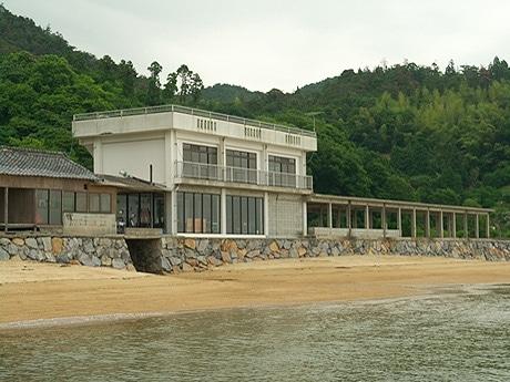 写真=海の家「波輝カフェ」とビーチ