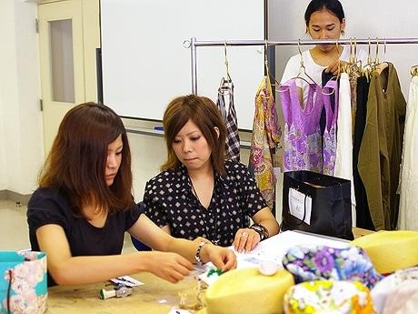 写真=値付けなどの商品の準備を行う学生たち