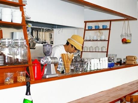 写真=店内で開店準備をするオーナーの田村さん