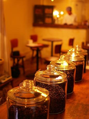 写真=瓶に詰められたコーヒーが並ぶ「グリーンコーヒー三川町店」の店内