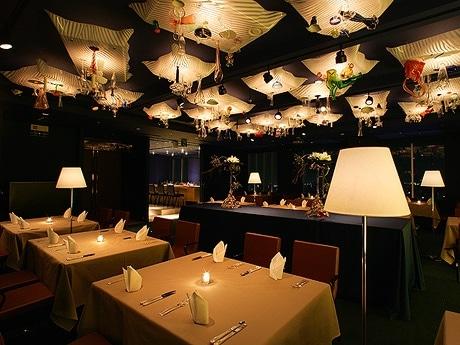 写真=内装が特徴的な最上階のレストランバー「ムーングロー」