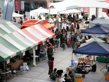 昨年開催された「インディケット」アリスガーデンでの様子。テントが立ち並びアーティストの作品販売などが行われている。