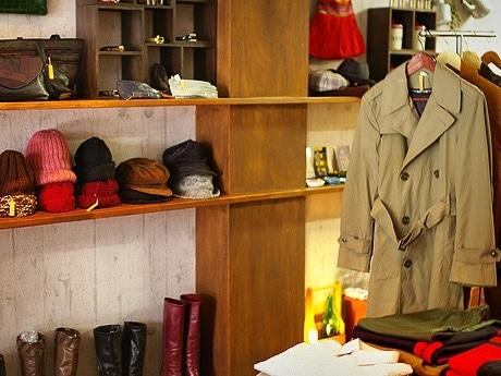 のみの市をイメージしたヨーロッパ古着店「シャルマン」店内