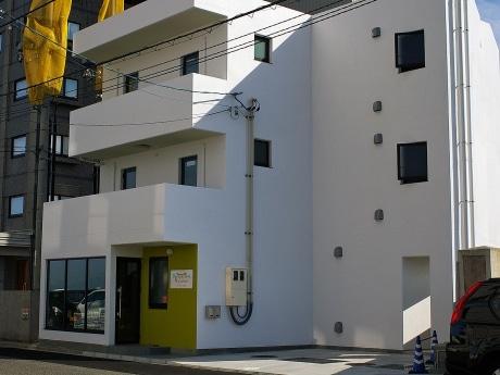 宮島口フェリー乗り場そばにオープンした白い外壁が特徴の簡易宿泊施設「バックパッカーズ宮島」