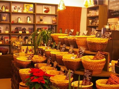 歴史がテーマのコーヒー店「コーヒーストーリー・ニシナ屋」。店主の福永さんがすきだというバリで購入した木かごにコーヒーを入れる。