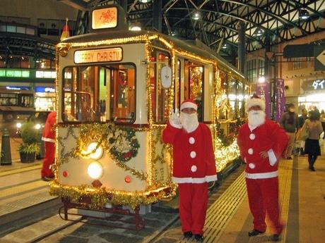 昨年運行した「クリスマス電車」。横川駅でサンタに扮(ふん)した社員も思わず笑顔。