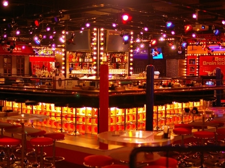 「アントニオ猪木酒場」店内中央に設置されたプロレスリング風のバーカウンター