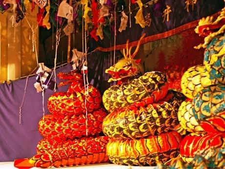 「夜神楽」で高井神楽団(佐伯区八幡東)が演じた「八岐大蛇」。狭い舞台の上を4頭の大蛇が動き回った。