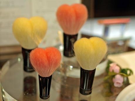 ハート型の洗顔ブラシは3種類のサイズを揃える。