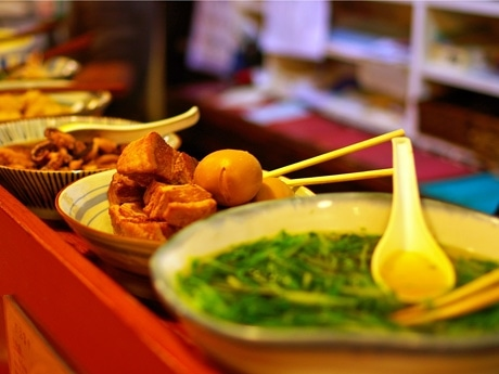 カウンターには煮物やポテトサラダ、角煮などのおばんざいが並ぶ。食べたいものを注文すると皿へ盛り付けてくれる。