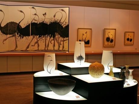 コラボ展「五感的空間」展示会場入り口には日本画家・福井さんと陶芸家・青木さんのコラボ作品が並べられる。