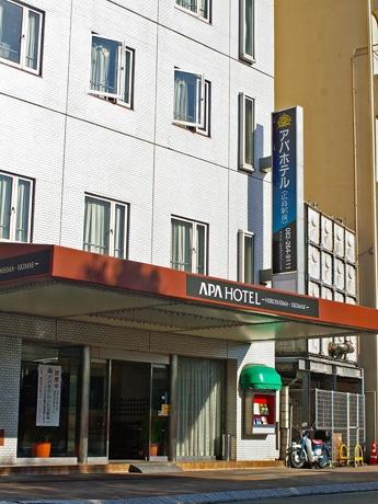 正面玄関には「ホテルやまと」から「アパホテル広島駅前店」に変わった旨を知らせる張り紙が貼られる。